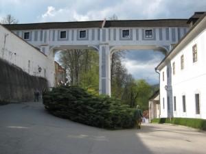 Плащевой мост, трехэтажный переход между жилой частью замка и парком