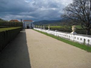 Центральная алея парка, рядом с замком