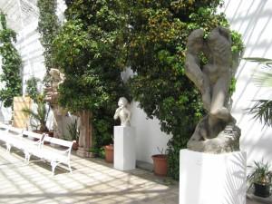 Выставка современных скульптур в замковом зимнем саду