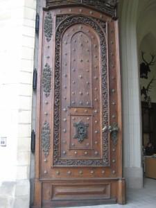 Массивная деревяная входная замковая дверь