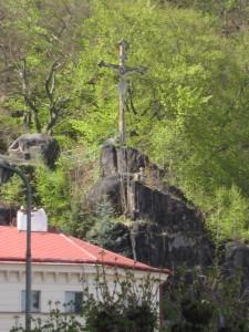 """Крест на смотрой площадке """"Диана"""" на склоне горы"""