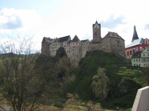 Вид на каменный замок Локет