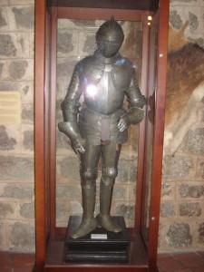 Латы средневекового рыцаря в музеей замка